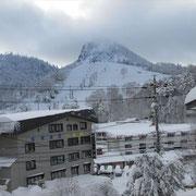 22日 帰りの硯川バス停から、この日初めて笠岳が見えた