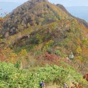三峰分岐の手前から見た神奈山