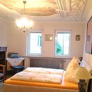 Zimmer mit Stuckdecke