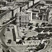 Foto aerea dei giardini pubblici con i palazzetti laterali in costruzione, Foggia, 1950. Biblioteca Provinciale dei Cappuccini, Fondo Gaetano Spirito, Indice Illustrazioni, vol. VIII, Tav. 55
