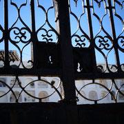 Blick durchs Schlüsselloch der alten Friedhofspforte von Alcoutim