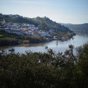 morgendlicher Blick über den Rio Guadiana auf das verträumt daliegende spanische Dörfchen Sanlucar