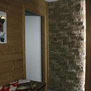 Parete con rivestimento in pietra e legno