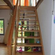 Scala in legno di larice con tondini fra gli scalini per sicurezza
