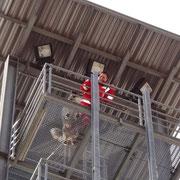 in luftiger Höhe beim Besteigen des Schlauchturmes (25 m)