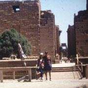 Frente al templo de Karnak