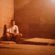 Camara funeraria de la piramide de Micerino,Giza.El suelo donde estaba el sarcofago del rey,ahora hundido profundo en el oceano cuando se transportaba a Europa.