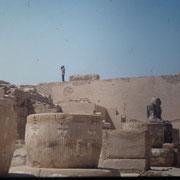 Templo de Ramses III en Medinet Habu ( Luxor ).Arriba de la pared del fondo yo,muy chiquito, filmando.