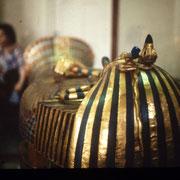 2ª ataud de madera enchapada en oro de Tutankhamen,una obra maestra.Museo de El Cairo.