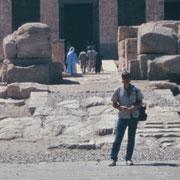 Frente al templo de Seti I en Abydos.En este templo senti una atmosfera de amor,y creo que el espiritu de Omm Seti deambula or las salas y da la bienvenida a quienes nos acercamos de corazon al templo.Es muy especial.Le dedique a ella la visita.