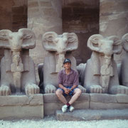 En el gran patio del templo de Karnak en Luxor frente a las esfinges de carnero representando a Amon