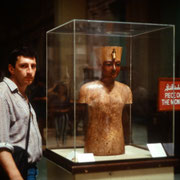 """Aqui estoy junto al llamado """"maniqui"""" de Tutankhamen,encontrado en su tumba ( Museo de El Cairo )"""