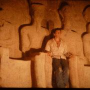 Una foto que podria parecer hereje,pero es lapasion lo que me llevo a hacerlo.Sentado junto a Ramses y los dioses Amon,Ptah y Re Horakhty