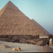 Gaby, sola frente a la majestad de las piramides.