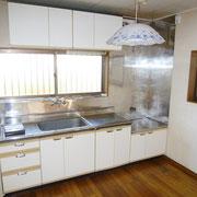 吊戸棚付きのキッチン。正面に窓があり明るいです。