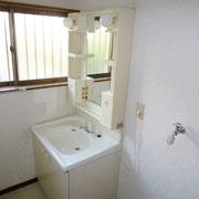 洗面脱衣室にも小窓があります。