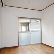玄関横の洋室6帖はフローリング床