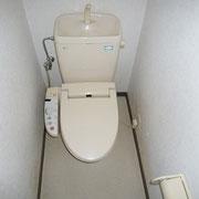 トイレは1階。洗浄機能付き便座です。