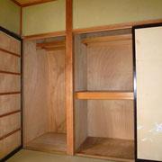 1階和室の収納は、中段、枕棚付きの押入れと、ハンガーパイプ付きの収納があります。