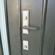 玄関鍵は上下のダブルロック式