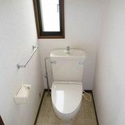 小窓付きのトイレ(1階は暖房便座)