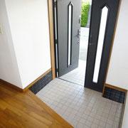 玄関扉は大型荷物の搬入に役立つ親子扉