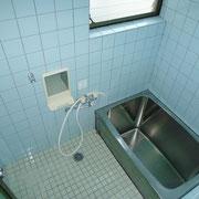 小窓付きのバスルーム