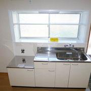 正面に窓がある新品のキッチンセット