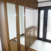 ひろびろ玄関&鏡付きの大型シューズボックス