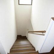 窓より光が差し込む階段