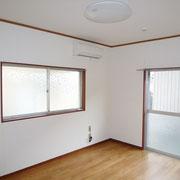 玄関横の洋室6帖。天井照明とエアコンがあります。