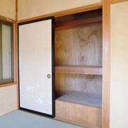 2階洋間6帖の収納の片方下は階段があるため、利用できるのは半分となります。