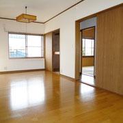 2階フローリング床の洋間10.5帖