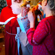 Der Weihnachtsmann in der Kinderstube