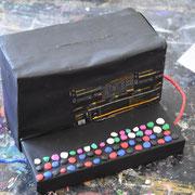 Die Tastatur ist aus Knete. Einfache silberne Drähte werden mit blauer und roter Knete ummantelt.