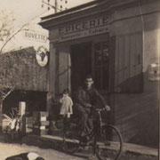 Le facteur Jean Gaye devant l'épicerie d'Escoussans