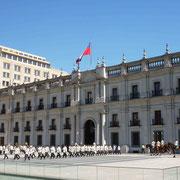 Relève dominicale de la garde présidentielle au Palais de la Moneda