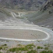 """Après la frontière, descente vers le Chili par """" Los Caracoles """" de la voie transandine"""