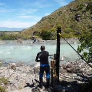 L'à propos d'une tyrolienne pour franchir un rio