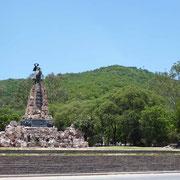Le Général Güemes veille sur la ville au pied du cerro San Bernardo