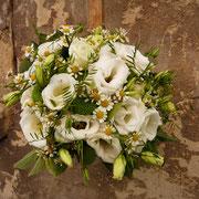 Brautstrauß mit Lysianthus, Kamille und grünen Nelken