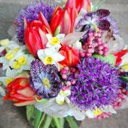 Frühlingsbrautstrauß mit Allium, Narzissen, Tulpen und Schachbrettblumen