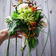Abfließender Strauß mit Rosen, Hortensien und Orchideen