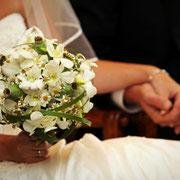 Brautstrauß mit Orchideen und Mohnkapseln