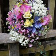 Sommerlicher Strauß mit rosa und weißem Schleierkraut, Hortensien, Polyantharosen und Wicken