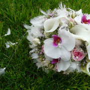 Brautstrauß aus Orchideen, Calla und Polyantharosen