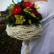 Perlenstrauß mit Rosen und Christrosen