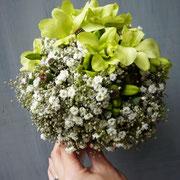 Brautstrauß mit Orchideen, Mohnkapseln und gefüllten Schleierkraut