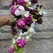 Fließender Strauß aus Orchideen, Rosen und Astranzien