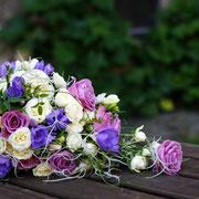 Wasserfallstrauß mit Rosen, Wicken und Tillancie